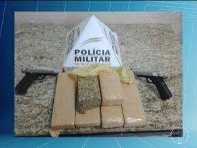 Menor é detida com 4,5 kg de maconha e confessa já ter buscado drogas no Paraguai - Além da droga, polícia apreendeu duas réplicas de arma de fogo; ocorrência foi registrada no Bairro Major Prates, em Montes Claros.