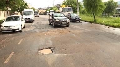 Moradores reclamam de ruas mal iluminadas e cheias de buracos em bairro de Contagem - Reportagem foi sugerida por telespectadora do MGTV.