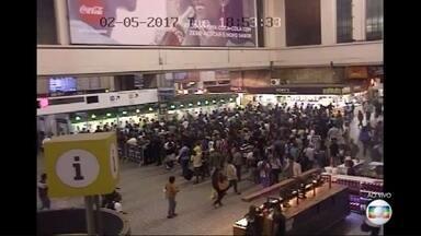 Após dia tumultuado, trem e metrô tem lotação acima do normal - Após dia tumultuado, trem e metrô tem lotação acima do normal.