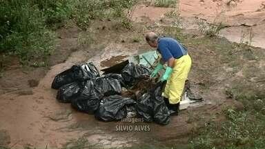 Ação ambiental faz limpeza de rio em Umuarama - Alunos do colégio estadual Monteiro Lobato participaram da limpeza e fizeram blitz educativa com motoristas.
