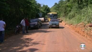 Depois de anos de queixas de moradores, estrada começa a ser pavimentada em Nova Iguaçu - A equipe do RJ Móvel estacionou pela décima quinta vez no bairro de Adrianópolis, em Nova Iguaçu, e depois de anos de queixas, a prefeitura começa a pavimentar estrada.