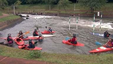 Atletas do projeto 'Meninos do Lago' treinam pesado para participar de competição em Foz - Eles vão participar da segunda fase da Copa Brasil de Canoagem Slalon, na próxima semana.