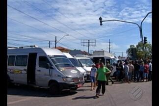 Motoristas de van interditam a rodovia Augusto Montenegro - Motoristas de van interditam a rodovia Augusto Montenegro