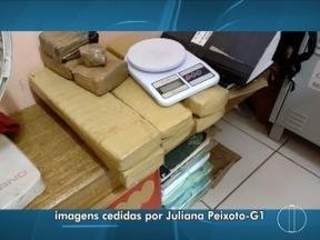 Polícia apreende 10 tabletes de maconha em telhado de casa em Montes Claros - Também em Montes Claros, no Bairro Alto da Boa vista, um homem de 19 anos foi preso por tráfico de drogas.
