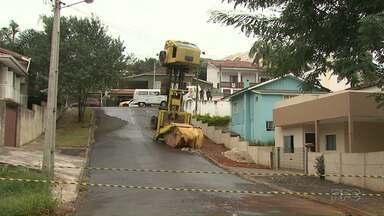 Caminhão em Ponta Grossa tomba e fica com as rodas pra cima - Dois guinchos foram usados para destombar o caminhão