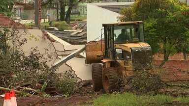 Depois de anos, moradores desocupam área particular no jardim Gramado em Cascavel - Famílias que não tinham pra onde ir estão abrigadas em ginásio de esportes.