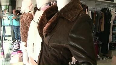 Comerciantes do Noroeste comemoram queda nas temperaturas - As vendas no varejo vêm aumentando desde a chegada do frio. Roupas de inverno e botas são apostas dos comerciantes para aquecer o mercado.