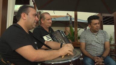 Banda Solteirões do Forró e cantor Mano Walter se apresentam nesta quinta-feira em CG - Veja os detalhes da festa.