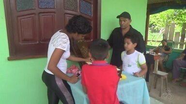 Bebê morto após ficar em incubadora improvisada no AM é sepultado - Crianças fizeram viagem de kombi e lancha para receber atendimento em Manaus.