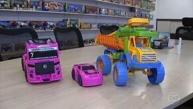 Fábricas apostam em brinquedos unissex - Fátima conversa com casal que tem hobbies 'trocados'. Tatiana se dedica à marcenaria enquanto Gerson gosta de cozinhar