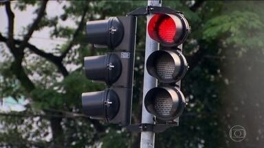 Duas causas para um mesmo problema: os semáforos apagados na capital e as buzinas - Só há oito equipes de manutenção para seis mil e quinhentos faróis. E em quatro meses, os ladrões furtaram doze quilômetros de cabos