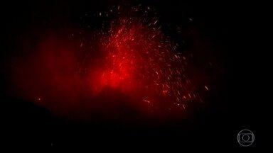 Equipe do Globo Repórter testemunha explosão de vulcão na Sicília - Vulcão na ilha de Stromboli é um dos poucos no mundo em atividade permanente. Montanha de quase mil metros tem explosões a cada uma hora.