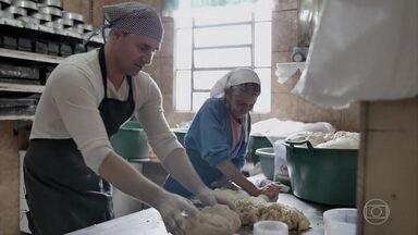 Murilo Rosa coloca a mão na massa para fazer pão - O ator conhece o Forno Comunitário, no Rio Grande do Sul, e coloca a mão na massa para fazer pão para quem precisa