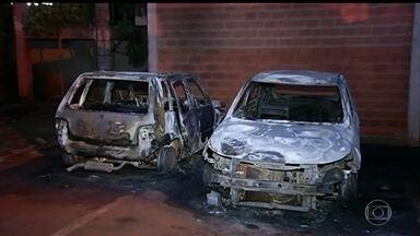 Bandidos incendeiam dez veículos no interior de Goiás - Dois carros foram incendiados na madrugada desta segunda (8) no pátio da Prefeitura de Jataí. No fim de semana, criminosos incendiaram oito veículos, a maioria caminhões. A suspeita é que a ordem pros ataques tenha partido de dentro da penitenciária.