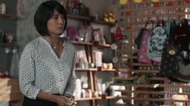 Mitsuko apressa Tina para a escola - Irritada, Tina dispensa a carona da mãe e diz que vai de metrô