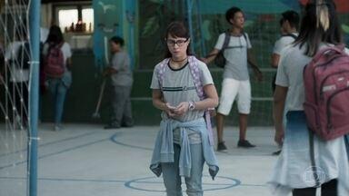 Ellen não fala com Benê na escola - Benê conta para Julinho sobre a discussão que teve com as amigas