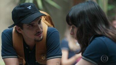 Felipe tenta consolar Lica e MB fica enciumado - Lica sofre com a separação dos pais e MB acusa a namorada de fazer drama por besteira. A menina descobre que os pais de Clara também se separaram e vai atrás da menina