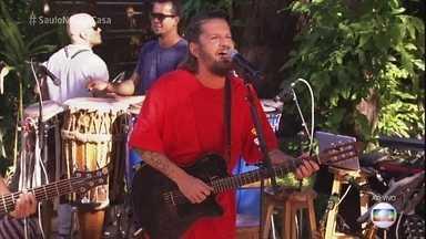 Saulo abre o 'É de Casa' cantando 'Esquadros' - Cantor anima o programa