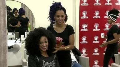 Cinco irmãs se dedicam em salão para mulheres com cabelos crespos e cacheados - O salão atende um público específico que procura por um serviço diferenciado.