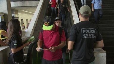 Polícia começa campanha para combater assédio sexual em transporte público - A polícia começou uma campanha para combater o abuso sexual contras mulheres nos trens do metrô e nos ônibus do DF.