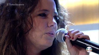 Tiê canta sucesso 'Mexeu Comigo' - Cantora faz apresentação emocionante