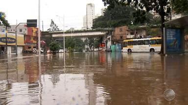 Chuva cria 'lago' na saída da Avenida Centenário para a Garibaldi; motoristas comentam - A chuva teve maior intensidade no centro e em algumas principais avenidas; confira na cobertura do BMD.