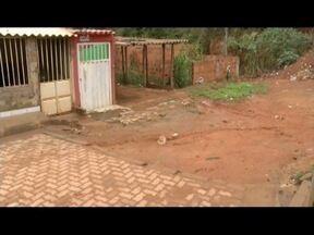 'Calendário': Moradores de Governador Valadares denunciam falta de calçamento de ruas - No Bairro Turmalina, população aguardava melhoria há anos e não recebeu.