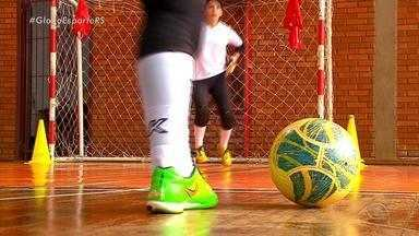 """#JogaQueNemMulher: conheça o projeto """"Andressinha"""", que incentiva o futebol feminino - Jogadora da Seleção Brasileira de futebol feminino é padrinha do projeto."""