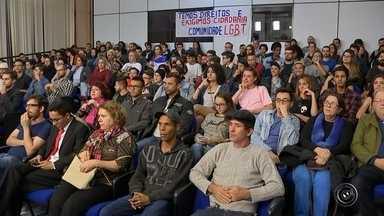 Audiência pública discute criação de conselho LGBT em Sorocaba - Uma audiência pública para debater a criação de um conselho voltado ao segmento LGBT foi realizada na noite desta terça-feira (3) na Câmara de Sorocaba (SP). O plenário ficou lotado e representantes de vários movimentos participaram do debate, que durou mais de duas horas.