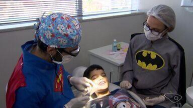 É o cara: Dentista se veste de super-herói para atender crianças e é exemplo na profissão - Doutor Lucas Ganizelli conseguiu transformar o medo de dentista das crianças em tranquilidade e sorrisos. Ele faz a diferença.