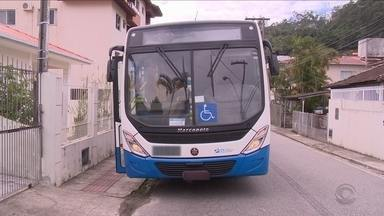 Crianças e adolescentes caem de ônibus em movimento em Florianópolis e vão para hospitais - Crianças e adolescentes caem de ônibus em movimento em Florianópolis e vão para hospitais