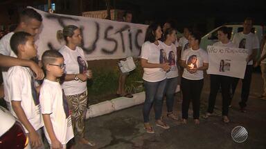 Familiares e amigos de adolescente morta pelo ex-namorado fazem protesto - Crime completa um mês nesta quarta (17) e acusado está foragido.