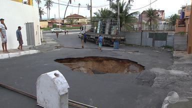 Asfalto cede e cratera é aberta no bairro de Pituaçu - Grande buraco se abriu por conta da chuva.