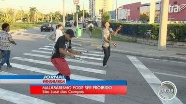 Prefeitura de São José fecha cerco a malabaristas e pedintes em semáforos - Projeto enviado à Câmara prevê proibir atividades.
