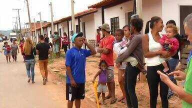 Famílias são retiradas de casas ocupadas irregularmente em Porto Real, RJ - Ordem judicial de reintegração de posse determinou a desocupação das trinta e três famílias que invadiram um conjunto habitacional no bairro Jardim das Acácias.