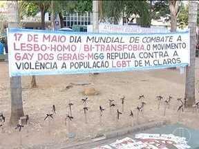 Manifestantes realizam ato em Montes Claros no Dia da Luta contra a Homofobia - Grupo pediu mais respeito aos LGBTS.