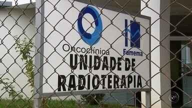 Pacientes de radioterapia enfrentam longa espera para atendimento em hospital de Marília - Pacientes que precisam de sessões de radioterapia no Hospital das Clínicas de Marília (SP) estão enfrentando uma longa espera. O problema é que, em alguns casos, esse atraso no início do tratamento pode agravar a doença.