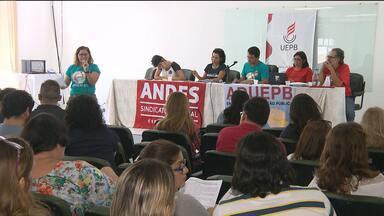 Professores se reúnem em assembleia para discutir greve da UEPB - Na semana passada, 433 professores substitutos tiveram os contratos encerrados.