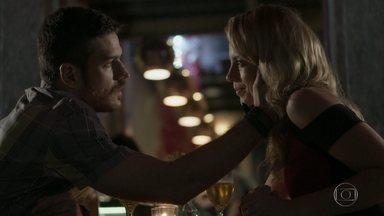 Zeca pede Jeiza em casamento - Policial fica surpresa com pedido, mas aceita e os dois curtem noite de amor