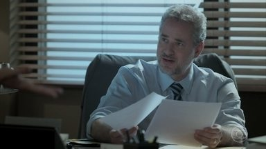 Eugênio recebe o contrato de aluguel de Edinalva e fica furioso - Jeiza manda o documento para o escritório do advogado. Cândida conta para Edinalva que a filha vai se casar com Zeca e morar na casa de Cândida