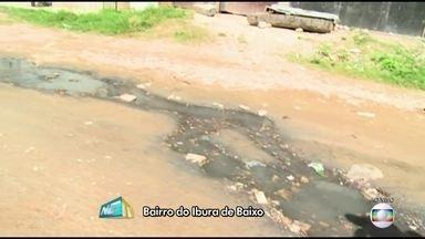 Moradores de comunidade do Recife denunciam esgoto a céu aberto e falta de saneamento - Mau cheiro exalado pelo esgoto incomoda moradores e atrai insetos e outros animais