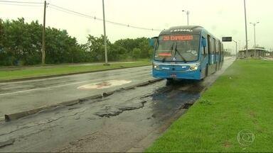 Passageiros do BRT Transoeste reclamam da situação do asfalto - Tem buraco, desnível de pista e até bueiro sem tampa. A Prefeitura disse que vai fazer uma vistoria no local.