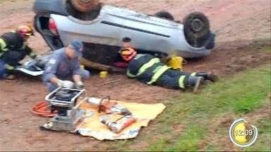 Carro capota no anel viário em São José - Motorista não sofreu ferimentos graves.