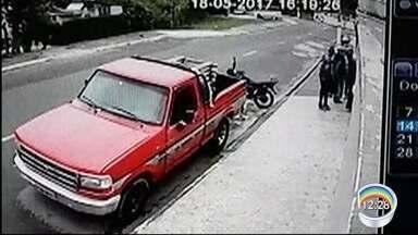 Três mulheres são assaltadas na porta de casa em Taubaté - Vídeo flagrou a ação.