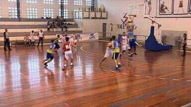 Jogos Escolares trazem personagens que se inspiram em grandes estrelas - Equipe do GE mostra jogos do basquete e do futsal. Irmãos que atuam no basquete do Colégio São Paulo capricham no estilo.