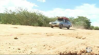 Moradores reclamam de problemas em rodovia em Custódia - Estrada tem mais de 30 quilômetros de extensão e é uma das mais importantes da região.