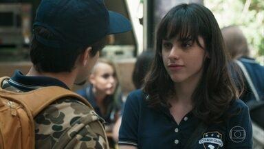 Clara fica com ciúmes ao ver Felipe e Lica conversando - Bóris interrompe a discussão dos dois