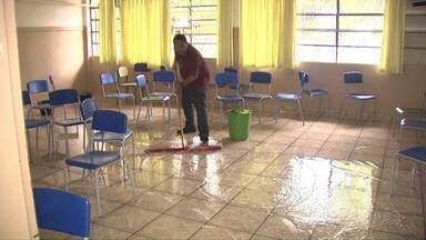 Moradores de Foz consertam os estragos provocados pela chuva - Escolas foram danificadas e ruas ficaram alagadas.
