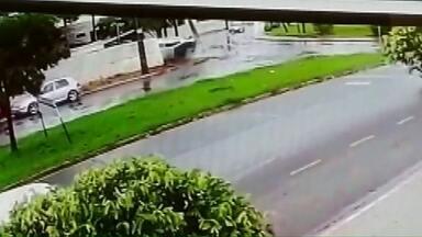 Motorista que capotou veículo não é encontrado - O carro capotou após fazer uma curva.