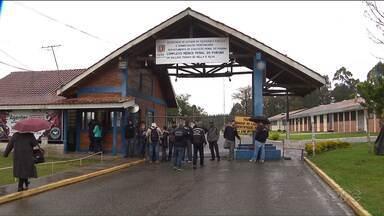 Agentes penitenciários fazem protesto no complexo médico penal de Piraquara - Eles fecharam a entrada da penitenciária e as visitas foram suspensas.